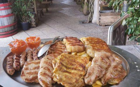 mešano meso z žara mesni krožnik terasa jedi z žara