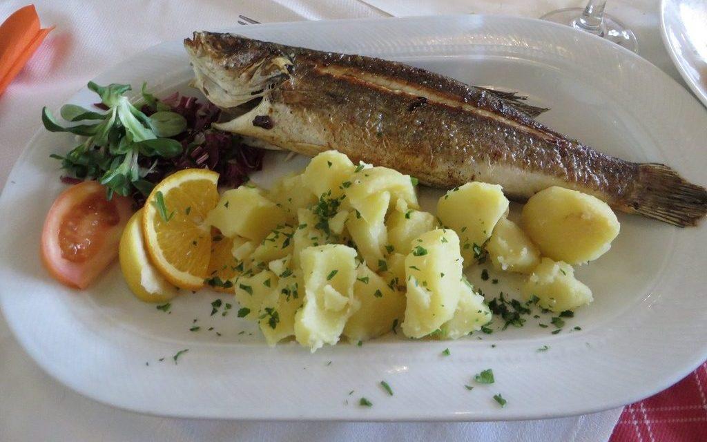riba z žara krompir