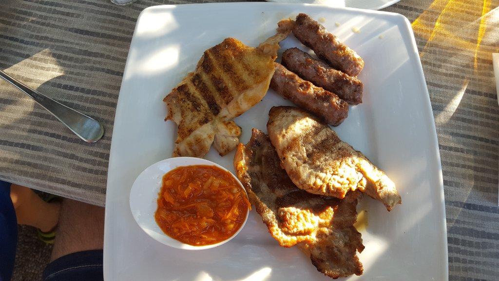 mešano meso z žara mesni krožnik jedi z žara
